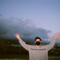カナダのプロデューサーKhotinの9/25リリースの新作『Finds You Well』から先行セカンド・シングル「Ivory Tower」が公開