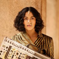 インド古典音楽の伝統的な響きをモジュラー・シンセサイザーで再現するサウンドで各所から注目を集めているArushi Jainが日本デビュー決定!